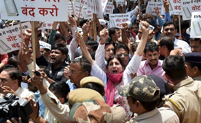AAP Workers Show Up Outside Election Commission Office, Ramp Up Anti-EVMs Protest