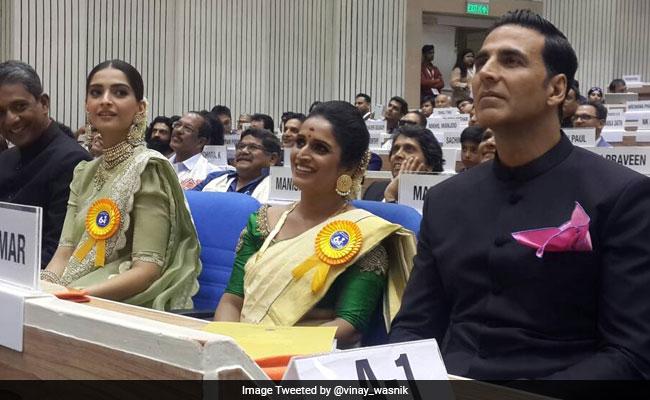 अक्षय कुमार और सोनम कपूर को अनिल कपूर से मिली कुछ ऐसे बधाई...