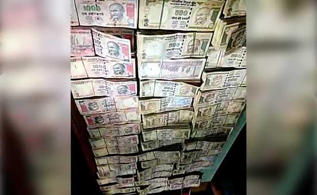 यूपी के पूर्व मंत्री की गाड़ी से 30 लाख रुपये के पुराने नोट बरामद, क्या अब भी बदले जा रहे ये नोट?
