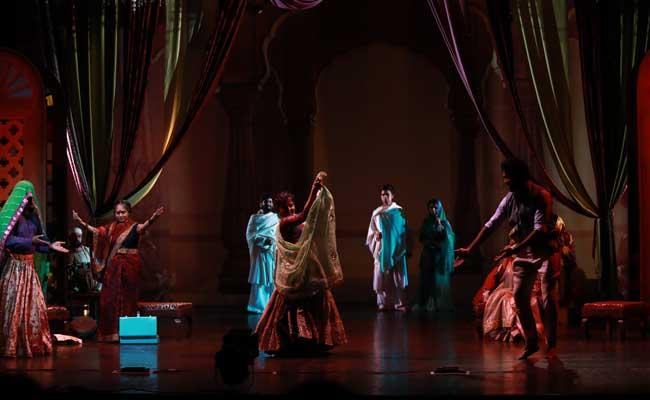 नाट्य समीक्षा-  बंदिश 20 से 20,000 हर्ट्ज़ : कला के प्रति प्रतिबद्धता और कलाकारों का प्रतिरोध