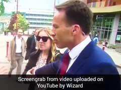 लाइव टीवी पर रिपोर्टर को पड़ा 'तमाचा', जब 'अनजाने में' महिला को गलत जगह से थामा