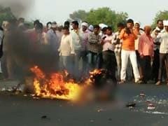 वीडियो : हादसे के बाद सड़क पर जलता रहा युवक, लेकिन कोई नहीं रुका मदद के लिए