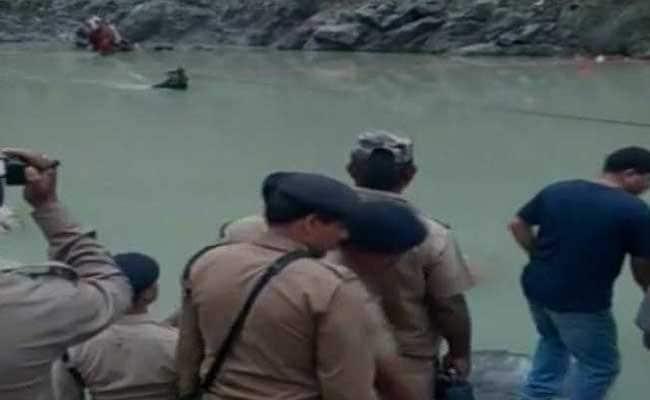 गंगोत्री से लौट रहे यात्रियों की बस भागीरथी नदी में गिरी, 24 लोगों की मौत