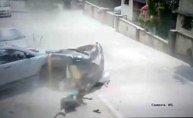 ब्रेक फेल होने से बेकाबू सिमेंट मिक्सर ने ऑटो को रौंदा, दो की मौत; कैमरे में कैद हुई घटना