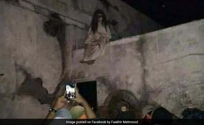 पाकिस्तान के हैदराबाद में दिखी चुड़ैल, मशहूर गायक ने FB पर शेयर की तस्वीर!