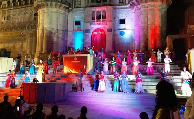 पीएम नरेंद्र मोदी श्रीलंका में बुन रहे रिश्तों के धागे, तो उनके घर वाराणसी में नृत्य के जरिए लिखी गई नई इबारत