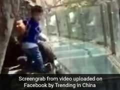 VIDEO: कांच के 330 फीट ऊंचे पुल पर घबराए पिता, तीन साल का बेटा साबित हुआ 'सुपरमैन'