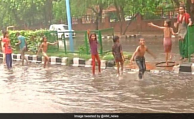 दिल्ली में झमाझम बारिश, गर्मी और उमस से राहत मिली, सड़कों पर जाम की स्थित