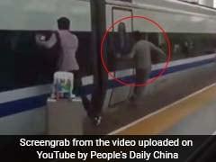 वो प्लेटफॉर्म पर था, उसका हाथ ट्रेन के दरवाजे में फंसा और ट्रेन चल पड़ी...