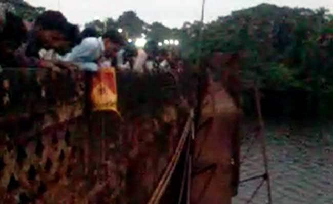 गोवा में नदी पर बना पुल गिरा, 1 की मौत 2 लापता, मगरमच्छ देखे जाने की भी बात
