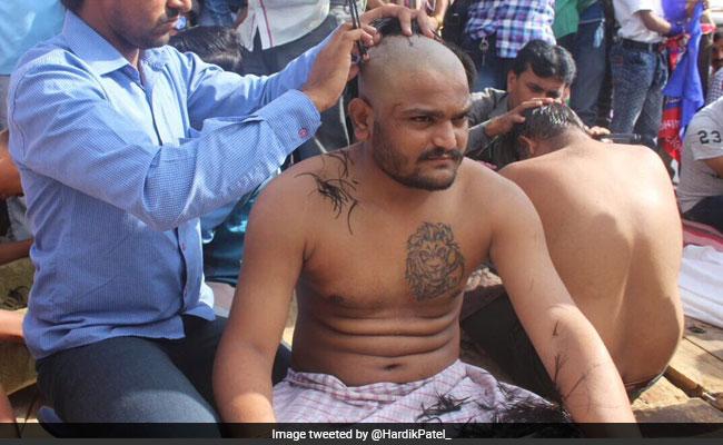 हार्दिक पटेल ने कराया मुंडन, प्रधानमंत्री मोदी की यात्रा से पहले निकाला विरोध मार्च