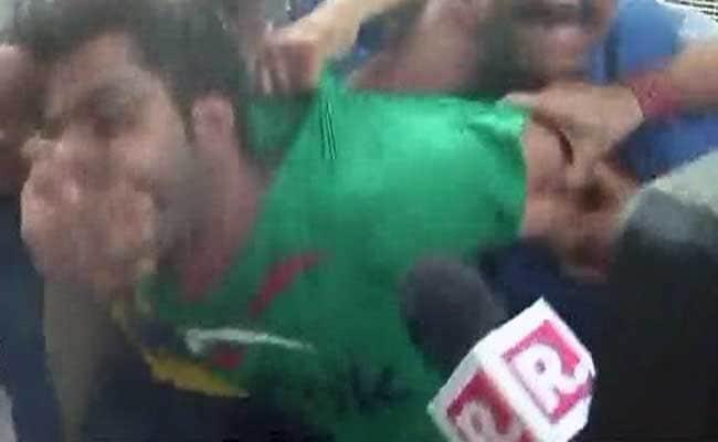 अनशन पर बैठे आम आदमी पार्टी से निष्कासित नेता कपिल मिश्रा पर हमला, हमलावर को पकड़ा गया