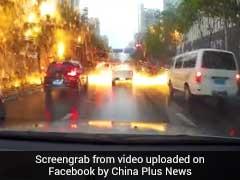 सड़क पर कारें गुजर रही थीं तभी होने लगी आग की 'बारिश', दिल दहलाने वाला है वीडियो