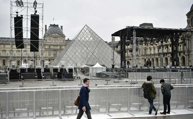 Plaza Outside Paris' Louvre Museum Evacuated Ahead Of Presidential Poll