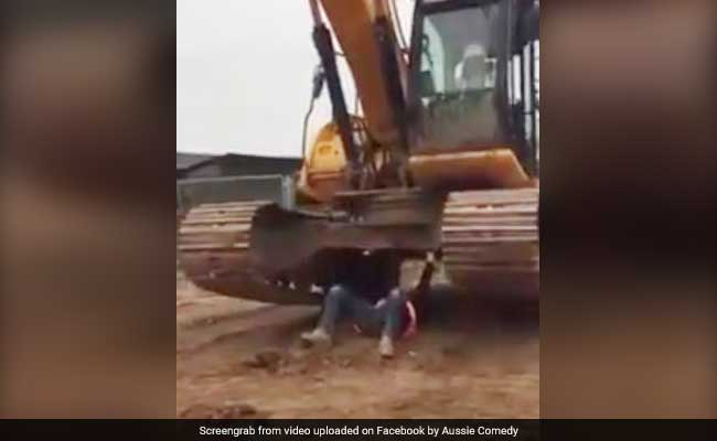 Baffling Video Shows Construction Worker 'Lifting' 30-Tonne Excavator