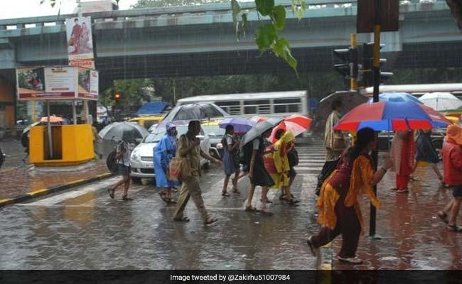 अरब सागर में चक्रवाती दबाव से मुंबई में बारिश, जारी किया गया अलर्ट