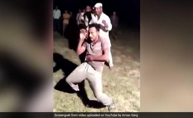 उत्तर प्रदेश : महंगा पड़ा नागिन डांस, गले में सांप डालकर डांस कर रहे युवक को सांप ने डसा