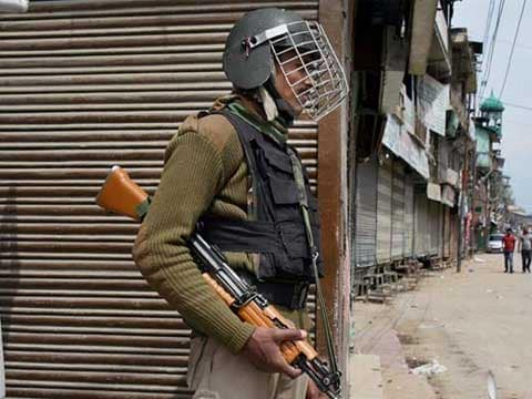Terrorists throw grenade at a police camp in south Kashmir\'s Shopian district, four injured