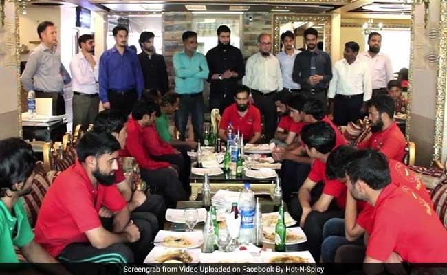पाकिस्तानी रेस्टोरेंट मालिक ने कर्मचारियों को दिया ऐसा तोहफा, जानकर कहेंगे काश हमारा बॉस भी ऐसा होता...