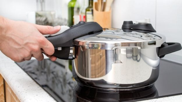 5 Easy Ways to Remove Burnt Food and Black Stains from