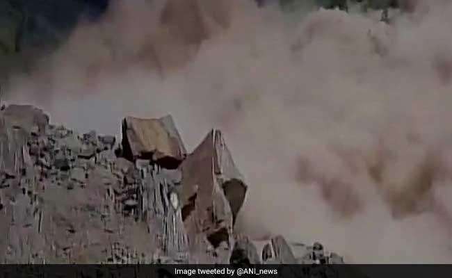 उत्तराखंड में भूस्खलन से बद्रीनाथ राजमार्ग बंद, सैकड़ों तीर्थयात्री फंसे