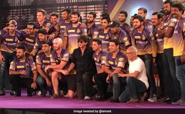 शाहरुख खान ने अपनी टीम के साथ शेयर की तस्वीर, याद किए बीते लम्हे