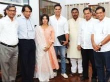 <i>Toilet: Ek Prem Katha</i> - Akshay Kumar And Bhumi Pednekar Meet Union Minister Suresh Prabhu