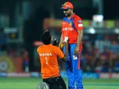 IPL 10 : सुरेश रैना के सामने मैच के दौरान घुटनों के बल बैठ गया उनका 'जबरा' फैन और फिर....