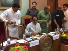 Over <i>Aloo Bonda</i> and <i>Daal</i>, Shivraj Chouhan Holds Key Cabinet Meet