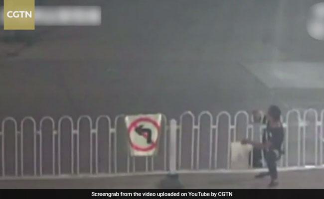 Video : सड़क पार करते समय न करें कभी ऐसी गलती, जा सकती है जान