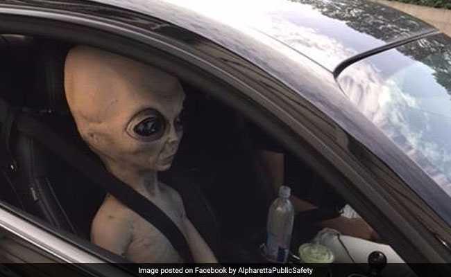 बीच सड़क पर कार में दिखा एलियन, पुलिस ने शेयर की तस्वीरें!