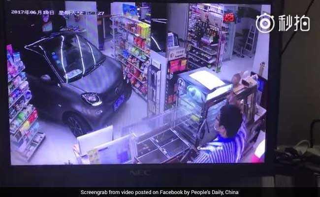 इतनी भी क्या जल्दी है? पार्किंग से बचने के लिए दुकान में ही घुसा दी कार