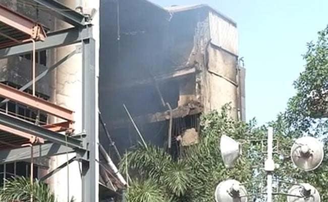 दूसरे दिन भी नहीं बुझी चेन्नई की दुकान में लगी आग, इमारत की पांच मंज़िलें ढहीं