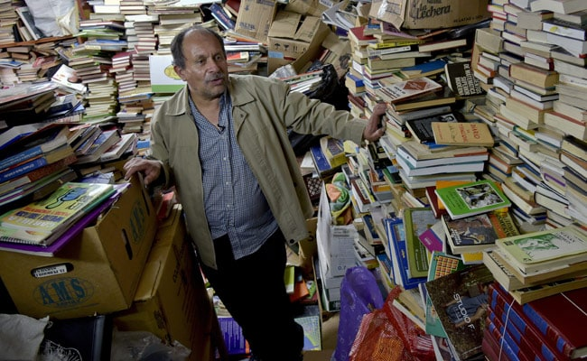Colombian Garbage Man Builds Library From Discarded Books