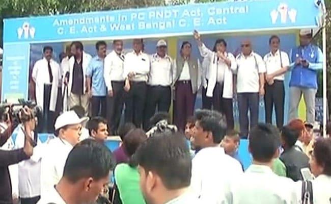 अपने साथियों के प्रति हिंसा के विरोध में सैकड़ों डॉक्टरों का राजघाट के पास प्रदर्शन