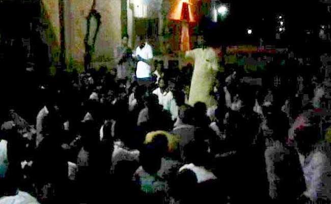 VIDEO: मध्य प्रदेश में भीड़ को उकसाते दिखे कांग्रेसी नेता, बोले- गाड़ियां जला दो, डरने की जरूरत नहीं