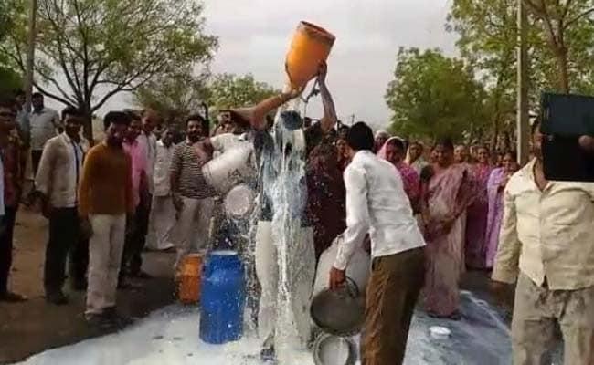 महाराष्ट्र में किसानों ने दूध से खेली होली, धारा 144 लागू, अण्णा हजारे भी समर्थन में उतरे