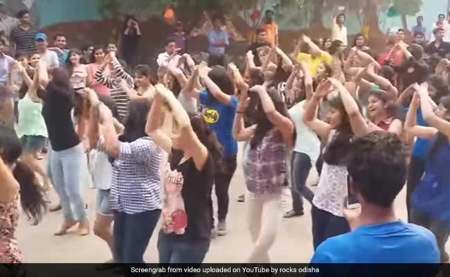 Millions Are Watching These Students Dance To A '90s Bollywood Mashup