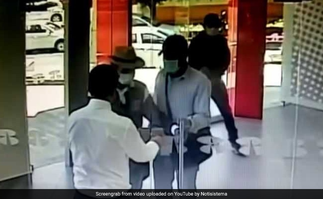 Watch: Security Guard Stops Robbers From Entering Bank By Locking Them Out