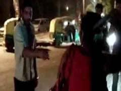 पब की महिलाकर्मी ने छेड़छाड़ के आरोपी को चप्पलों से पीटा, वीडियो हुआ वायरल