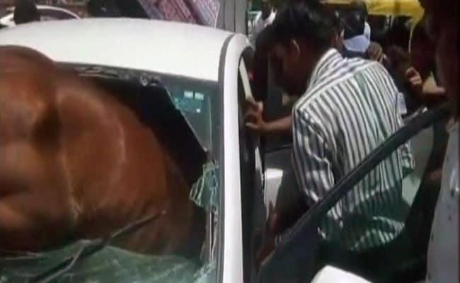 कार का अगला शीशा तोड़कर अंदर घुसा घोड़ा, देखें हैरान करने वाली तस्वीरें