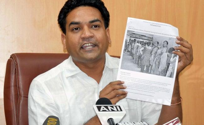 बागी विधायक कपिल मिश्रा को मार्शल ने विधानसभा सेनिकाला बाहर
