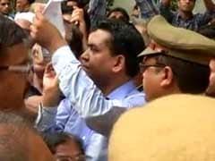 कपिल मिश्रा पहुंचे अरविंद केजरीवाल के घर, भारी हंगामा, पुलिस ने रोका तो गाया ये भजन