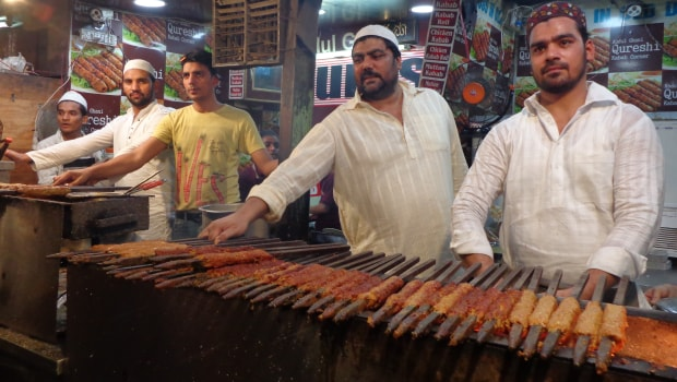 Qureshi Kabab Corner: The Legendary Kebab Stall at Jama Masjid for Meat Lovers
