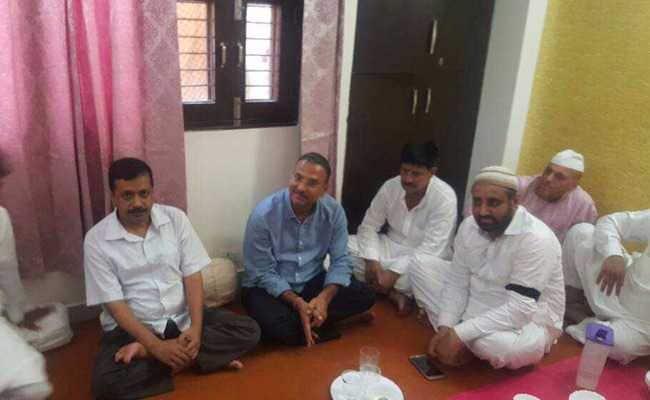 अरविंद केजरीवाल ने निलंबित विधायक के घर जाकर दी ईद की मुबारकबाद