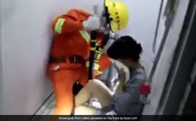 महिला का पैर टॉयलेट के गढ्ढे में फंस गया, Video में देखें फिर क्या हुआ