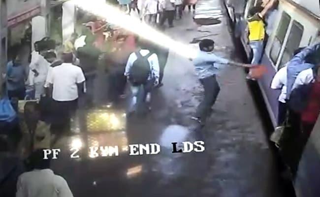 महाराष्ट्र : ट्रेन प्लेटफॉर्म से जैसे ही आगे बढ़ी इस शख्स ने यात्रियों पर झोंक दी लाल मिर्च
