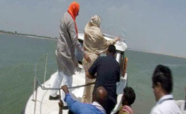 मंत्री ने की बात नदियों की सफाई की, बीजेपी सांसद ने प्लास्टिक बोतल फेंकी नदी में