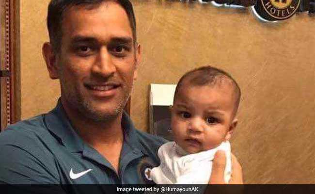 एमएस धोनी की गोद में पाकिस्तानी कप्तान सरफराज अहमद का बेटा, तस्वीर हुई वायरल..