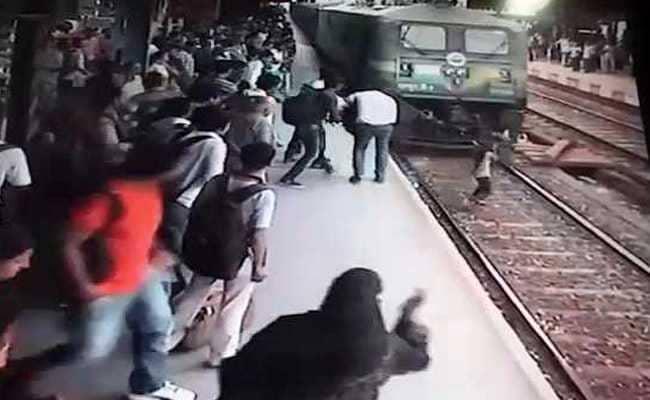 फोन पर बात करते-करते रेलवे ट्रैक पार कर रही थी लड़की, तभी सामने से आ गई मालगाड़ी फिर...